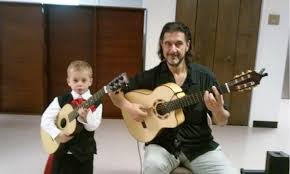 Alex-Gordez-Guitarist-with-student